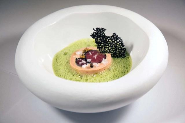 Rulo de Akami y Foie con emulsion de erizos