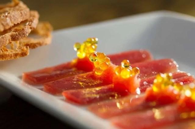 Atún ibérico con tomate y caviaroli