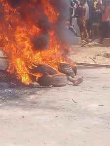 Two alleged yahoo boys, native doctor, kidnapper burnt alive in Edo State for allegedly killing 17-year-old girl (graphic photos) 1