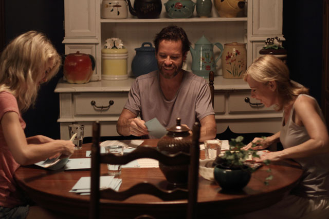 Lauren Reynolds (Mckenzye Davis), Keith Reynolds (Guy Pearce) y Megan Reynolds (Amy Ryan)