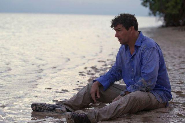 John (Kyle Chandler) devastado.