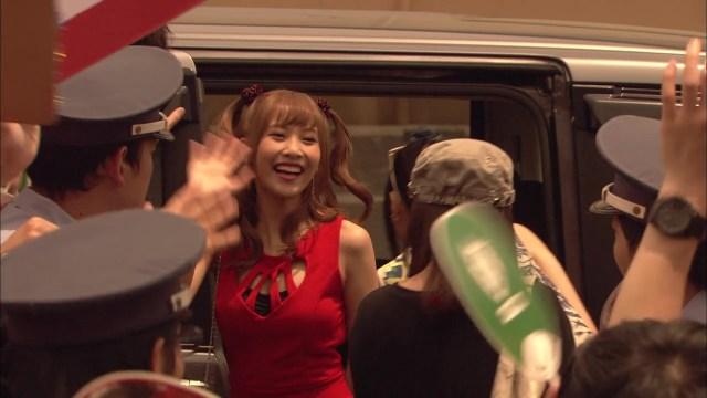 Misa (Hinako Sano) saludando a sus fans.