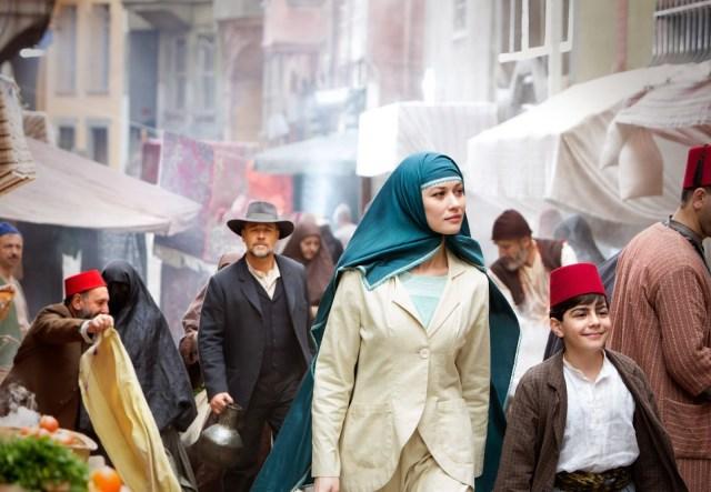 Connor (Crowe) de paseo con la viuda Ayshe (Olga Kurylenko)