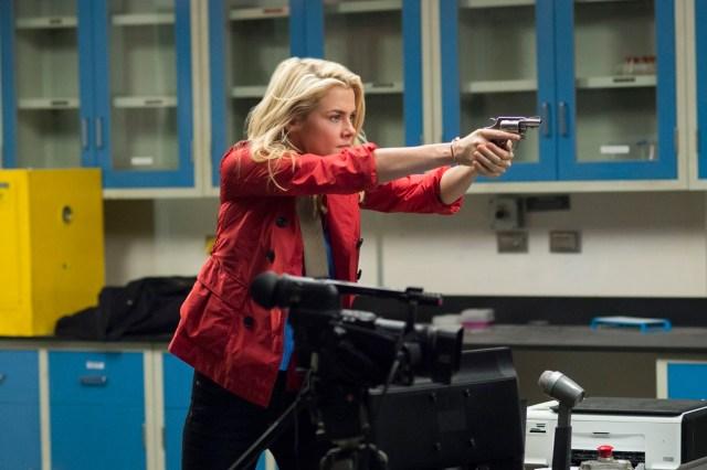 Trish (Rachael Taylor) es su principal aliada, también víctima del abuso.
