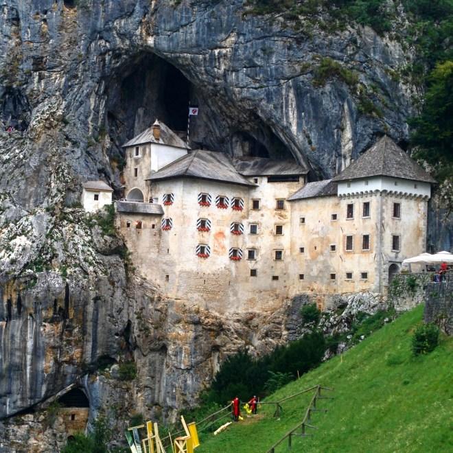 Nessa foto dá para ver os turistas em uma caverna ao redor do castelo. Você consegue achá-los?