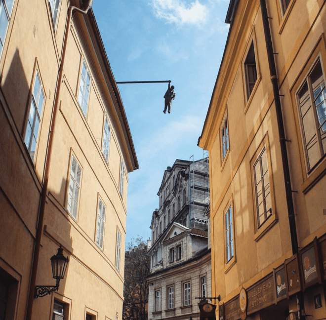 Estatua David Cerny homem pendurado Freud Praga