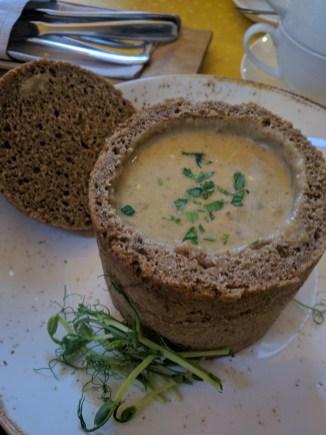 Vilnius Lituania sopa de cogumelos no pão
