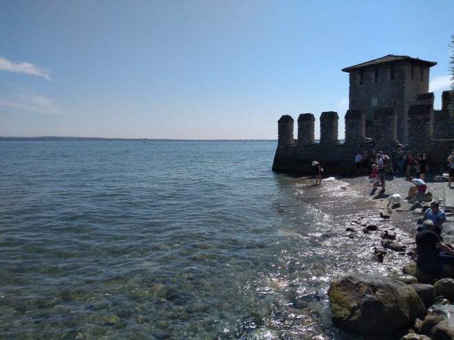 Lago de Garda Sirmione castelo scaligero na beira do lago
