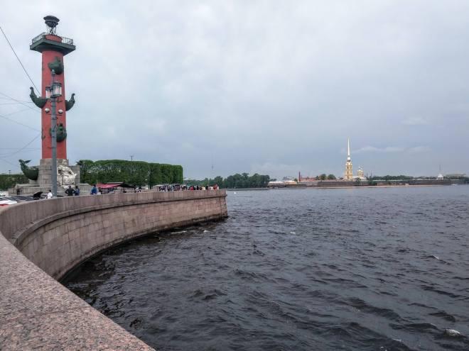 Russia Petersburgo Ilha Vassilievski Strelka colunas rostrais e vista