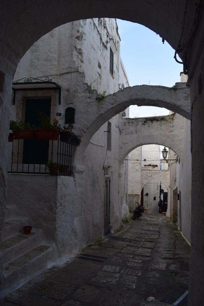 Ostuni cidade branca puglia italia ruas arcos