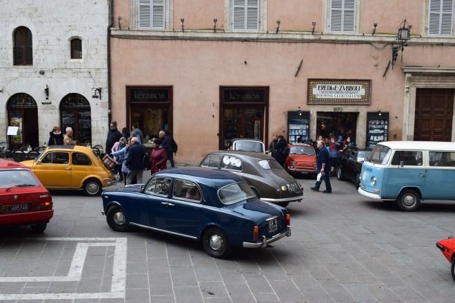 Assis Umbria piazza del comune praça principal carros antigos
