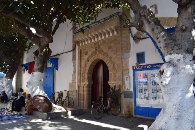 Marrocos Essaouira rua com arvores
