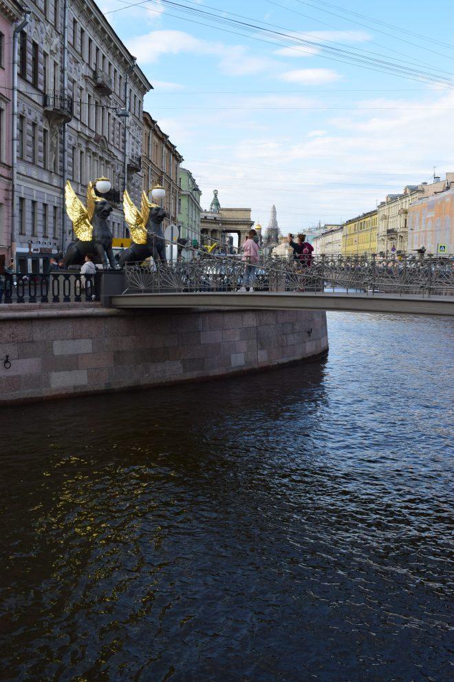 Petersburgo canais pontes banco grifos