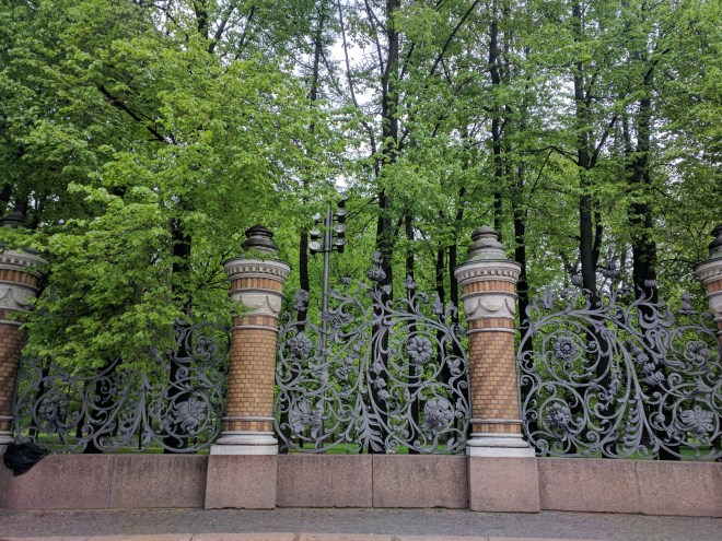 Russia Petersburgo parques jardim mikhailovsky grades