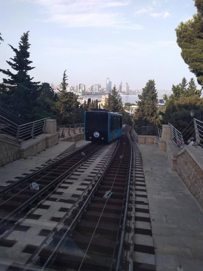 Baku moderna bondinho para as torres chamas