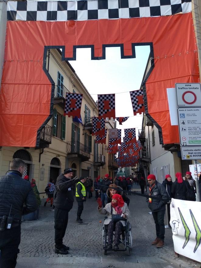 Ivrea carnaval batalha laranjas bandeiras 5
