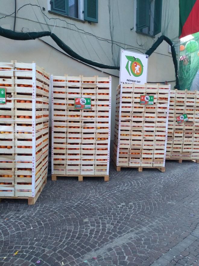 Ivrea carnaval batalha laranjas caixas munição