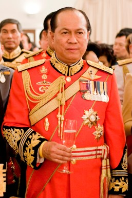 Anupong_Paochinda_(in_1st_Infantry_Regiment's_royal_guard_uniform)