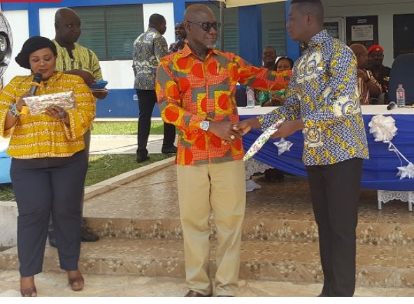 COP (rtd) Frank Adu-Poku presenting an award to Mark Effah, Overall Best Personnel