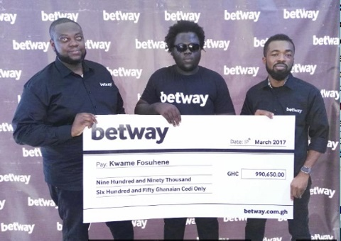 Kwame Fosuhene [C] receiving a cheque in 2017
