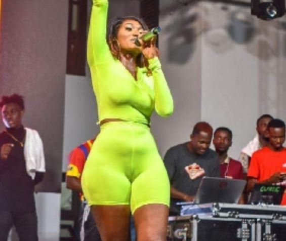 Video: Wendy Shay shows her 'tonga' on stage