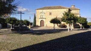 Plaza de Santa María con el típico empedrado de las calles y plazas de Arjona.