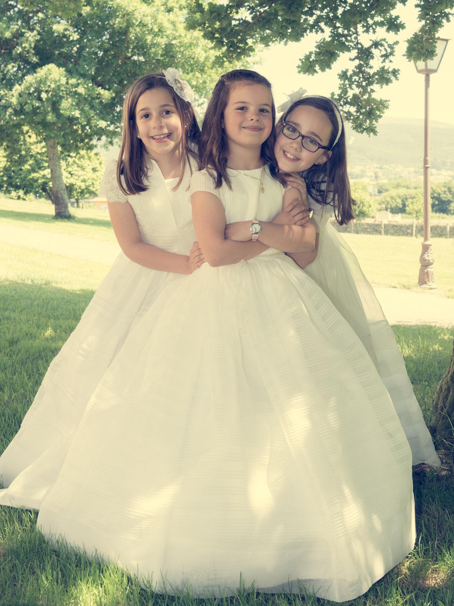 Reportaxe comunión-retrato de tres nenas vestidas de comunión en exterior