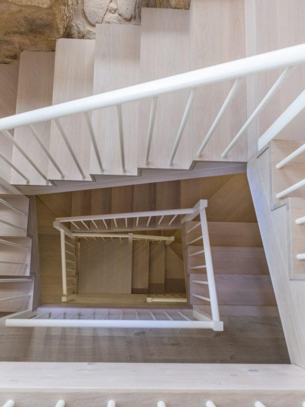 Detalle cenital dunha escaleira de madeira nunha casa unifamiliar