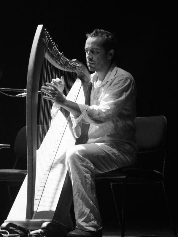 Retrato de Luis Martíns tocando a arpa durante o Concerto do grupo Raíces aéreas