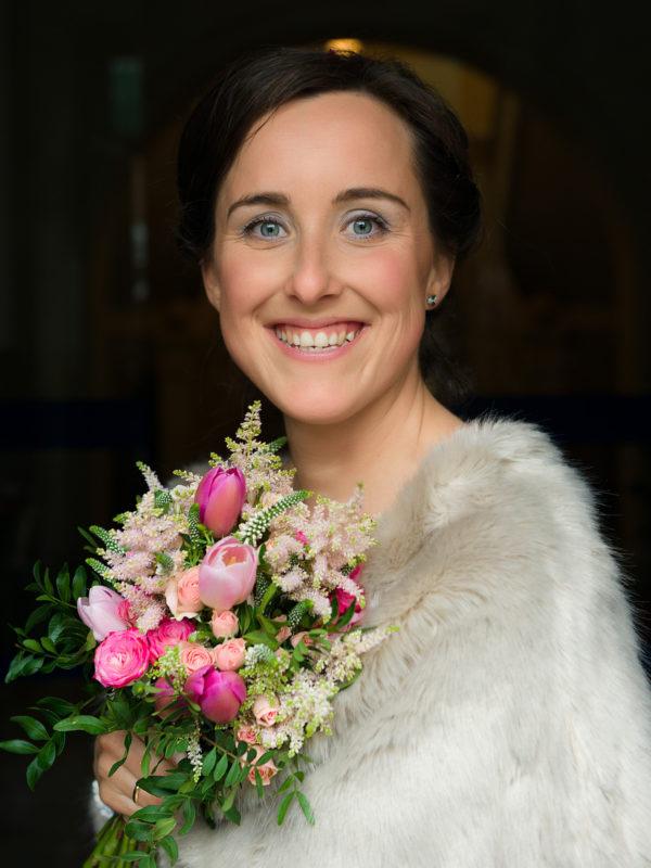 Reportaxe de voda-Retrato de noiva con ramo durante a sesión de fotos no Pazo de Andeade-Touro