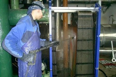 Специалист компании АСГАРД проводит гидродинамическую очистку