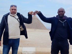 الممثل العالمى جيمى لويس يغادر الأقصرويتحدى الطقس فى القاهرة بزيارة الاهرامات
