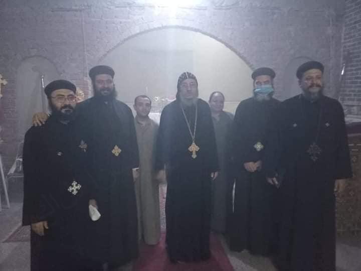 الاأنبا يواقيم الأسقف العام يطيب رفات الشهيد أبو سيفين بإسنا بدون حضور شعبي