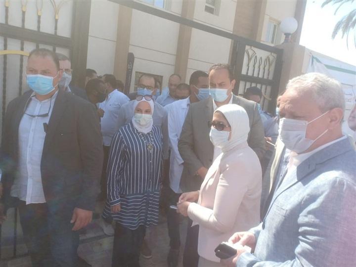 صور : وزيرة الصحة تتفقد الوحدة الصحية بالحبيل بجنوب الأقصر