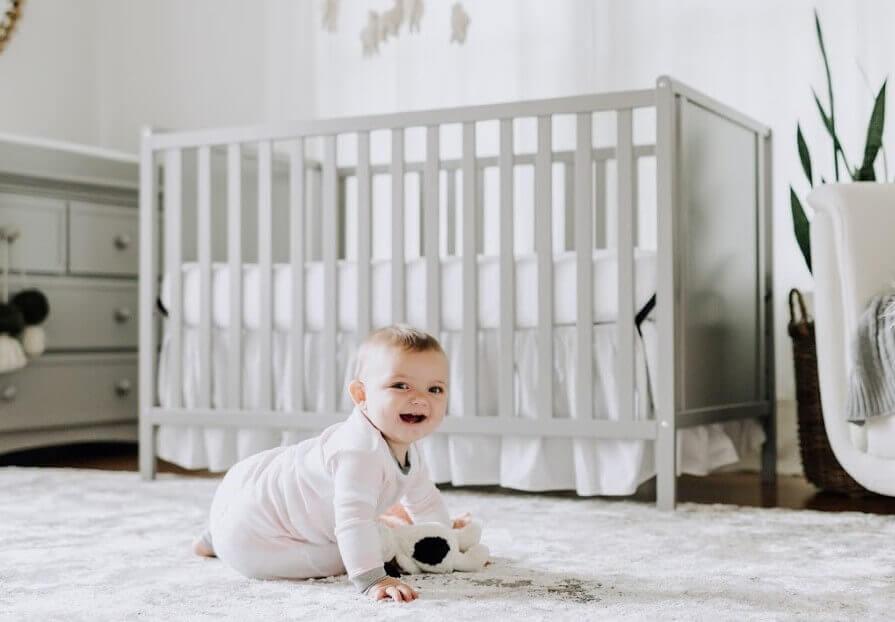赤ちゃんとベビーベッド