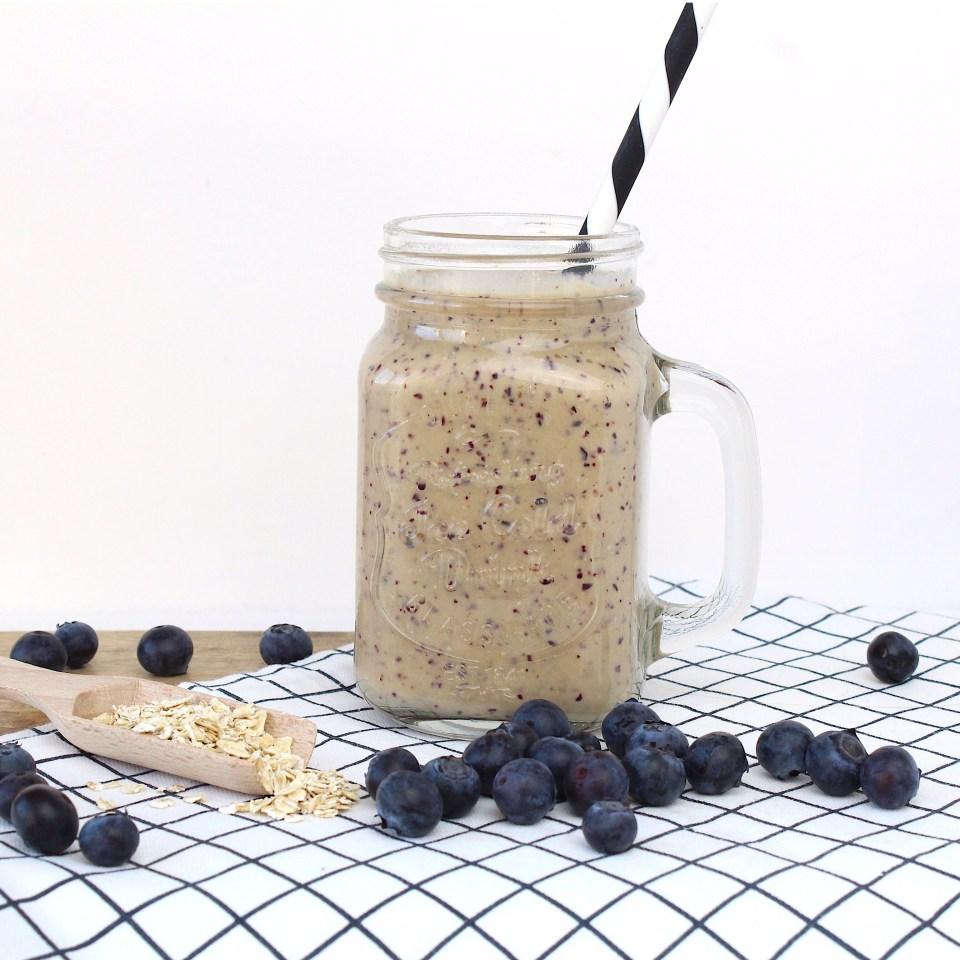 Ontbijt smoothie met blauwe bessen, banaan en mango