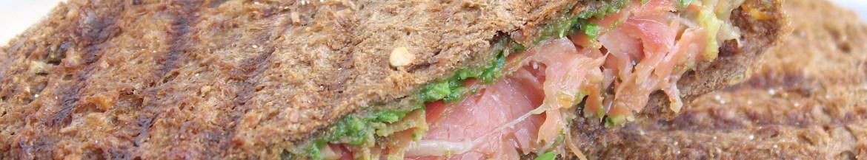 Tosti met rauwe ham, oude kaas en pesto
