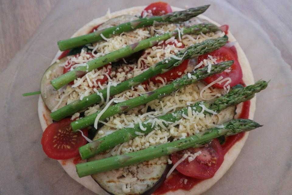 Pizza Verdura met groene asperges en aubergine