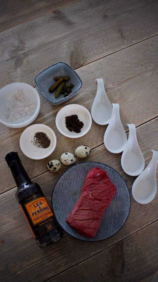 Amuse van steak tartare, truffel en kwartelei