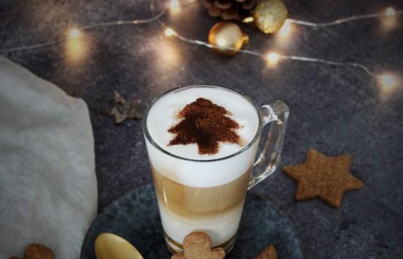 Heerlijke caramel cappuccino met kerstboom