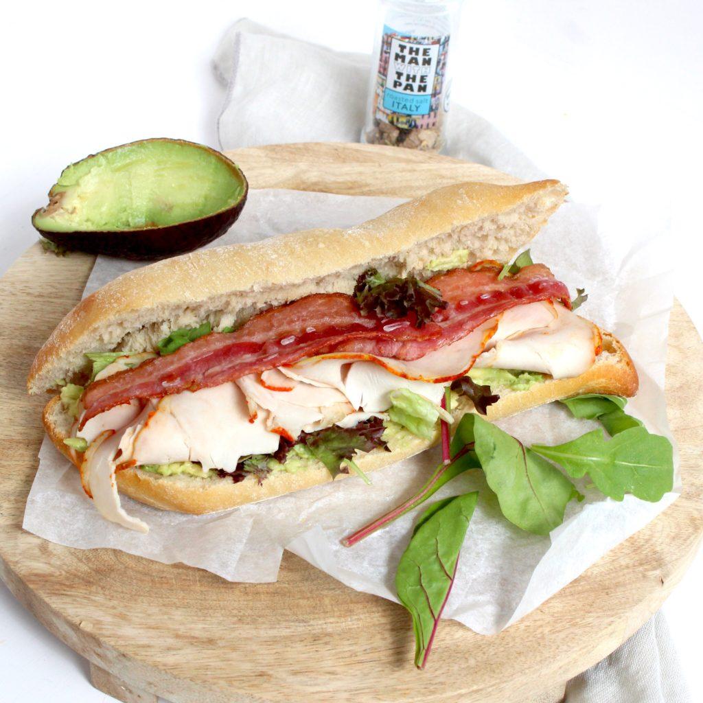 Broodje smeuïge avocado met gegrilde kip en bacon
