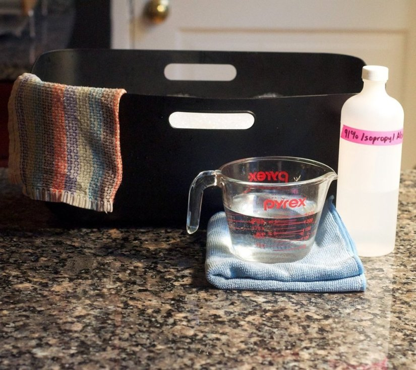 cleaning granite countertops with rubbing alchohol