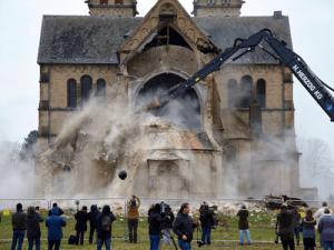 تخریب یک کلیسای تاریخی مربوط به اواخر قرن نوزدهم در آلمان