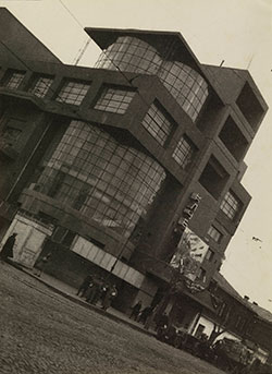 Untitled 1931 photograph by Iwao Yamawaki of a Moscow building