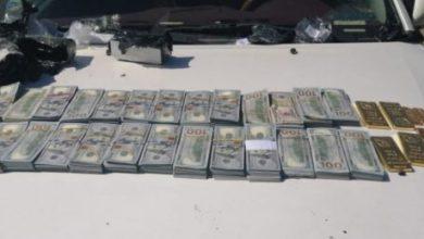 Photo of القبض على متهم بحوزته (٢٥٠٠٠) دولار أمريكي و(٥) كيلو من الذهب معدة للتهريب