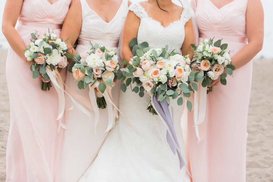 peach-blush-and-ivory-bouquets-with-lavender