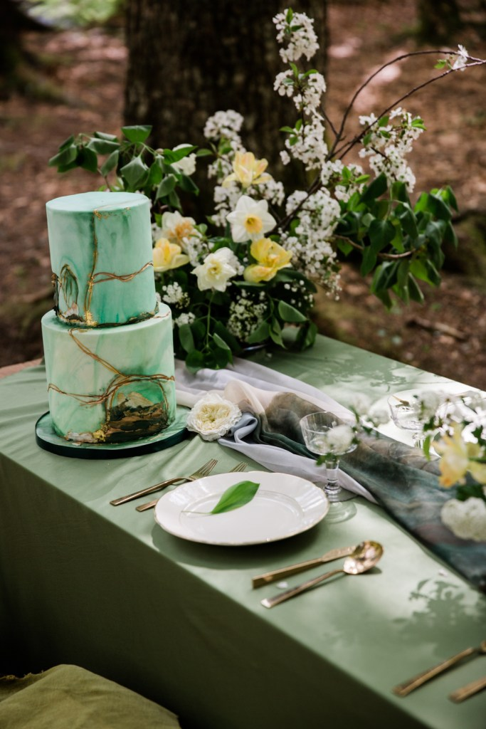 Petra Cakes of Geneva provided a luxe, modern, whimsical cake to complement the natural table scape.