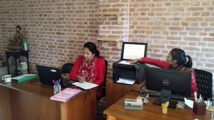 Pritty & Ramita en las oficinas de Ear Care Nepal