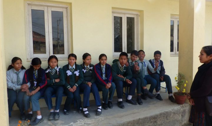 Jóvenes alumnos esperando turno para el screening