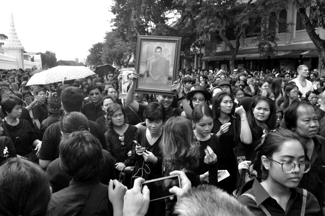 Crowds mourn the death of King Bhumiphol Adulyadej. Photo/Flickr user Pablo Andrés Rivero